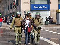 Carabineros chilenos arrestan a manifestante