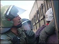 Carabineros chilenos detienen a manifestante