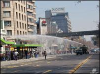 Policía lanza agua contra manifestantes