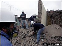 People clear rubble in Pisco