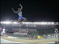 Irving Saladino durante la competencia de salto largo