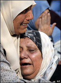 Relatives of Muhammad Salum weep during his funeral in the northern Israeli city of Haifa (30 August 2007)