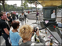 Tourists honouring late Diana at Pont de l'Alma, Paris