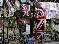 People leaving tributes at Kensington Palace