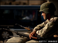 An Iraqi policeman mans a checkpoint in Baghdad (26 August 2007)