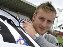 Birchall shows off his new St Mirren kit