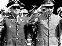 Augusto Pinochet (dcha)