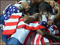 El equipo estadounidense de relevos 4x100 lisos festeja su victoria