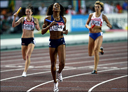 Sanya Richards (centre) anchors the USA to relay victory