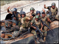 Lebanese army soldiers make victory signs as they patrol an area next to the Palestinian refugee camp of Nahr al-Bared (02/09/07)