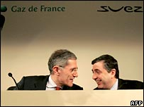 На фото справа налево: глава Gaz de France Жан-Франсуа Сирелли и глава Suez Жерар Местралле (фото 2006 года)