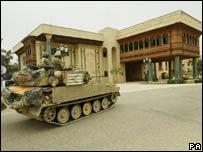Tanque británico en el Palacio de Basora