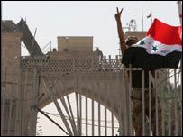 جندي عراقي يرفع العلم العراقي على مدخل القصر