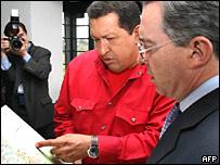 El presidente venezolano Hugo Chávez y su homólogo colombiano Álvaro Uribe durante su reunión en Colombia.