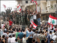 Local residents applaud Lebanese troops after the end of the siege (3 September 2007)