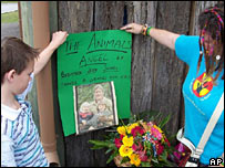 Two fans post a memorial to Steve Irwin in Beachmere, Queensland