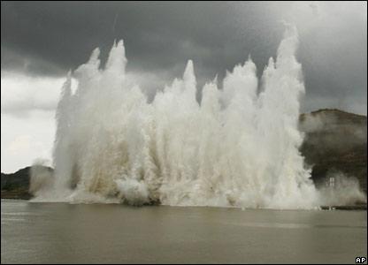 http://newsimg.bbc.co.uk/media/images/44095000/jpg/_44095757_explosion_ap_416.jpg