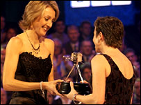 Paula Radcliffe presents the Helen Rollason Award to Jane Tomlinson in 2002