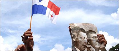 Bandera de Panamá con imagen de Omar Torrijos.