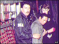 Agentes de la DEA se llevan a Noriega en avión de Panamá a Miami.