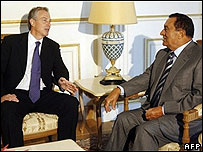 Blair talking to Egyptian President Hosni Mubarak