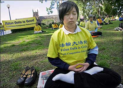 Falun Gong members meditate at Sydney's Hyde Park 05/09/07