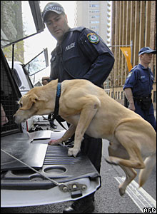 A policeman using a sniffer dog to inspect a car in front of the Intercontinental Hotel in Sydney 04/09/07