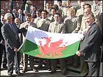 Rhodri Morgan [L] and Ieuan Wyn Jones [R] with the Welsh squad