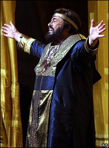 Luciano Pavarotti singing