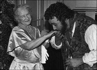 Pavarotti kisses the hand of the Queen Mother