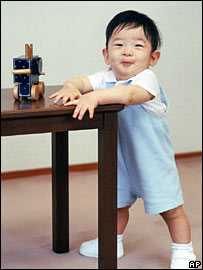 Prince Hisahito uses a table to hold himself up on 31 August 2007 (Photo: Imperial Household Agency)