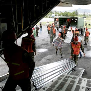 Honduran soldiers loading a plane