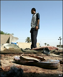 A Washash resident inspects the damage caused by the US air strike (6 September 2007)
