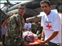 Soldados y voluntarios cargan a un herido en Puerto Cabezas, Nicaragua