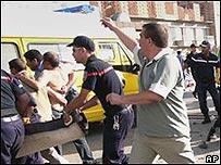 Rescatistas evacúan a víctimas tras atentado en Batna, Argelia