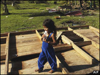Una niña juega con restos de una casa en Krukira, Nicaragua