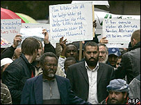 Muslim protesters outside Nerikes Allehanda office in Orebro, 31 Aug 07