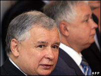 PM Jaroslaw Kaczynski (L) with brother President Lech Kaczynski