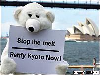 """Activista de la organización Greenpeace vestido de oso polar con un cartel que reza: """"Paremos el deshielo. Ratificad Kyoto ahora"""", durante la cumbre del APEC celebrada esta seman en Sydney"""