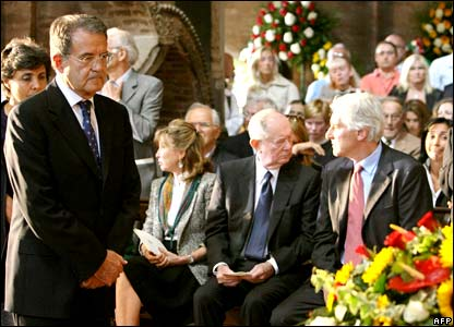 Italian Prime Minister Romano Prodi (L) and his wife Flavia pay their homage to Luciano Pavarotti at Modena's Romanesque cathedral.