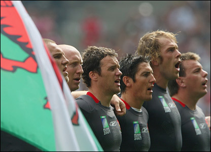 Wales players' sing their national anthem