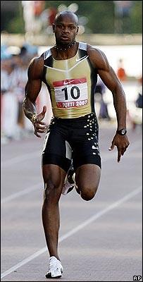 Asafa Powell corre hacia su marca mundial en Rieti.