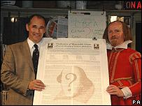 El profesor Mark Rylance y el actor Colin Hurley posan con el documento constitutivo del grupo.