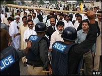 Police clash with protesters of Nawaz Sharif