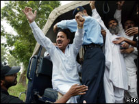 Supporters of Nawaz Sharif are arrested by police during clashes in Islamabad (10.09)