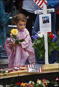 Los familiares de los fallecidos tuvieron acceso a la Zona Cero para depositar flores.
