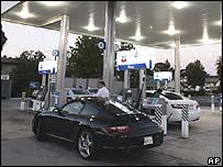Vehículo repostando gasolina