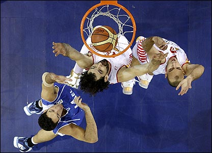 Spain's Jorge Garbajosa (L) and Carlos Jimenez (R) battle with Yaniv Green of Israel during a FIBA Eurobasket 2007 qualifying match