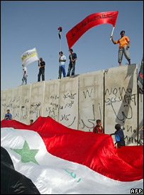 Iraqis protest against the construction of a wall between Shula and Ghazaliya in Baghdad (12 September 2007)