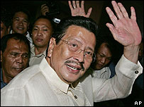 Ex-President Joseph Estrada waves to the crowd after leaving court - 12/09/07
